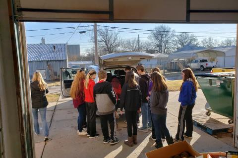 WMS Leadership Hauls Food To Food Bank